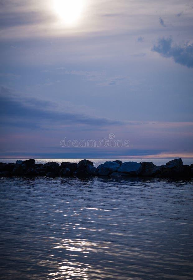 Por do sol sobre o Lago Erie no parque da praia de Euclid fotografia de stock royalty free