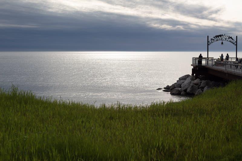 Por do sol sobre o Lago Erie no parque da praia de Euclid foto de stock