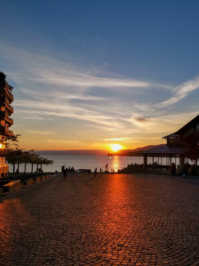Por do sol sobre o lago Genebra e o mercado em Montreux em Suíça fotos de stock royalty free