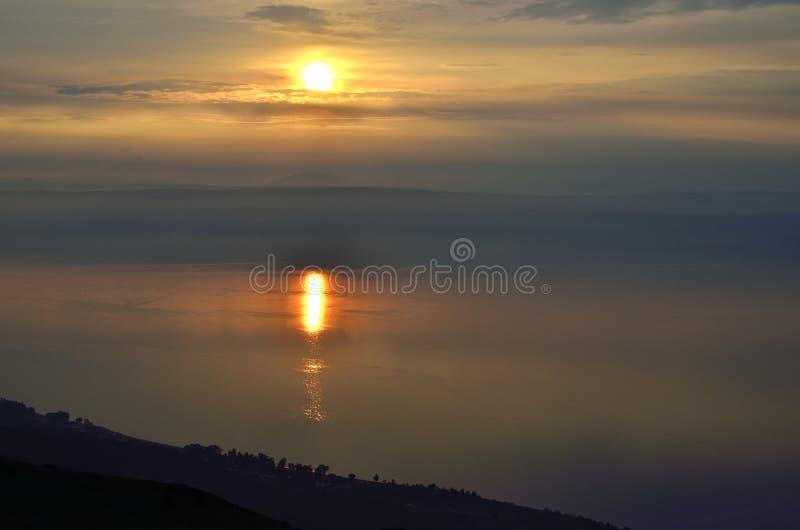 Por do sol sobre o lago Kinneret, Israel fotografia de stock royalty free