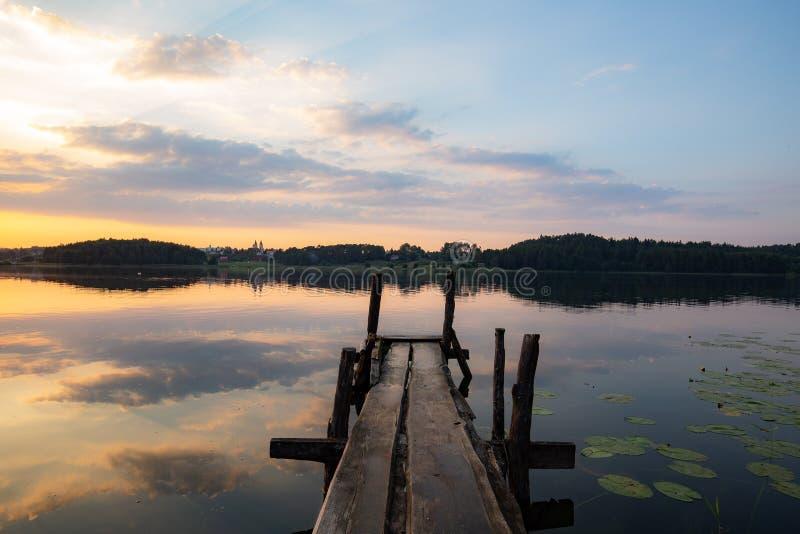 Por do sol sobre o lago lituano fotografia de stock royalty free