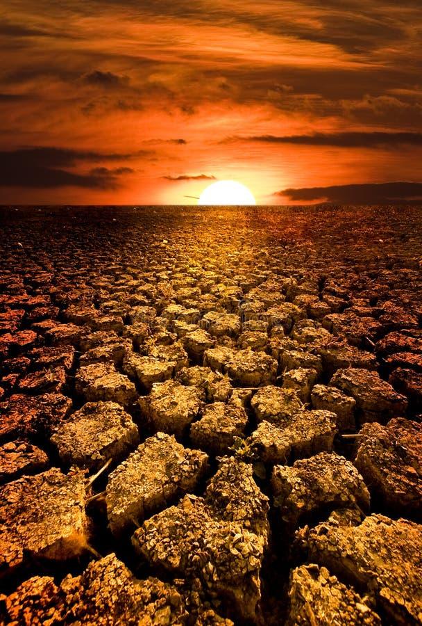 Por do sol sobre o lago seco imagem de stock