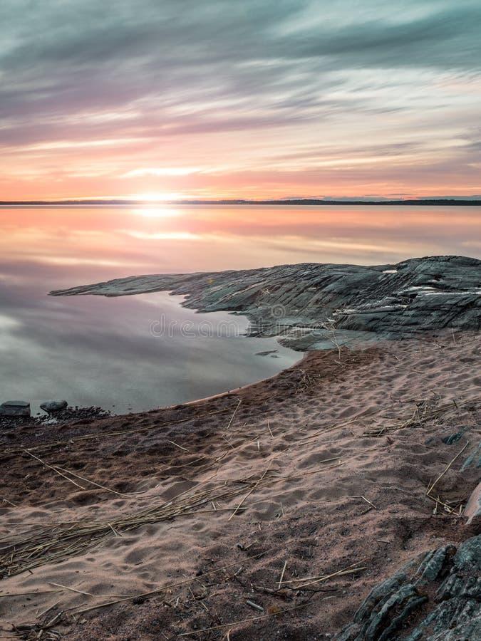 Por do sol sobre o lago Vanern, Suécia imagens de stock