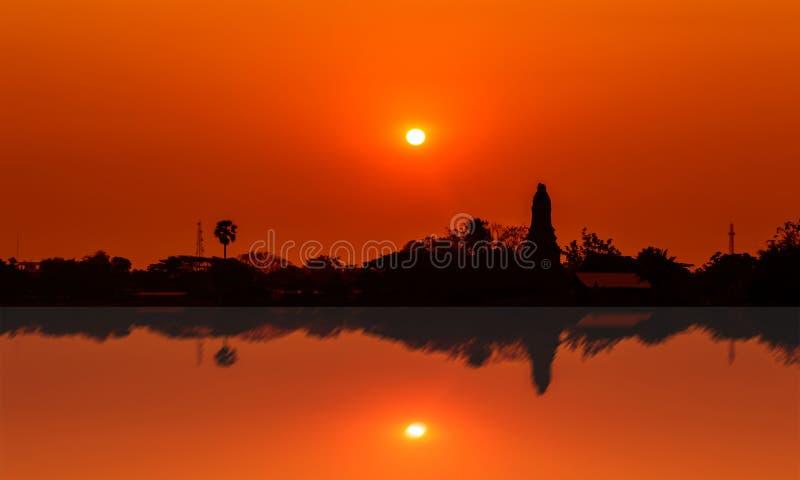 Por do sol sobre o mais baixo templo do pagode fotografia de stock