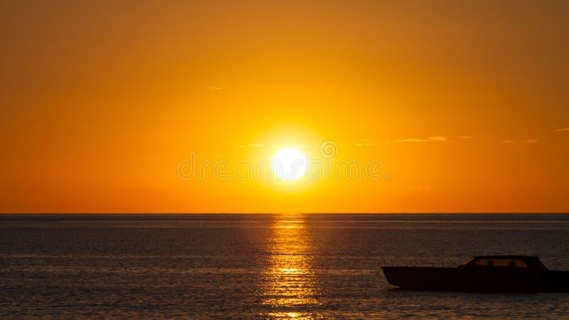 Por do sol sobre o mar fotos de stock royalty free