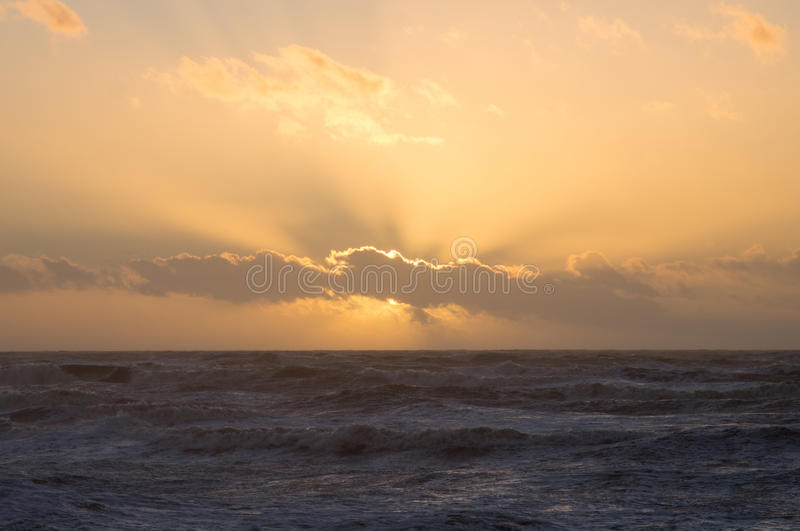 Por do sol sobre o mar fotografia de stock royalty free