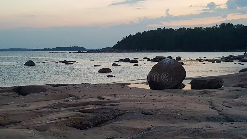 Por do sol sobre o mar Báltico no crepúsculo fotos de stock