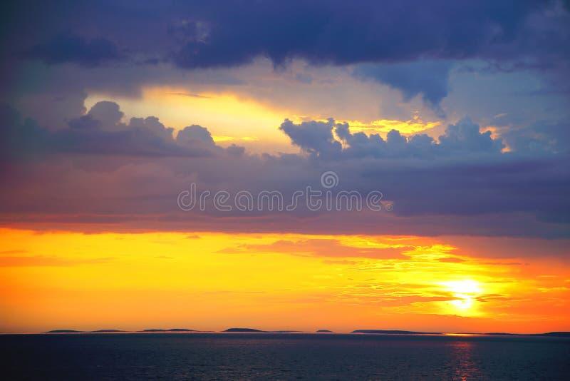 Por do sol sobre o mar branco perto do arquipélago de Solovetsky fotos de stock