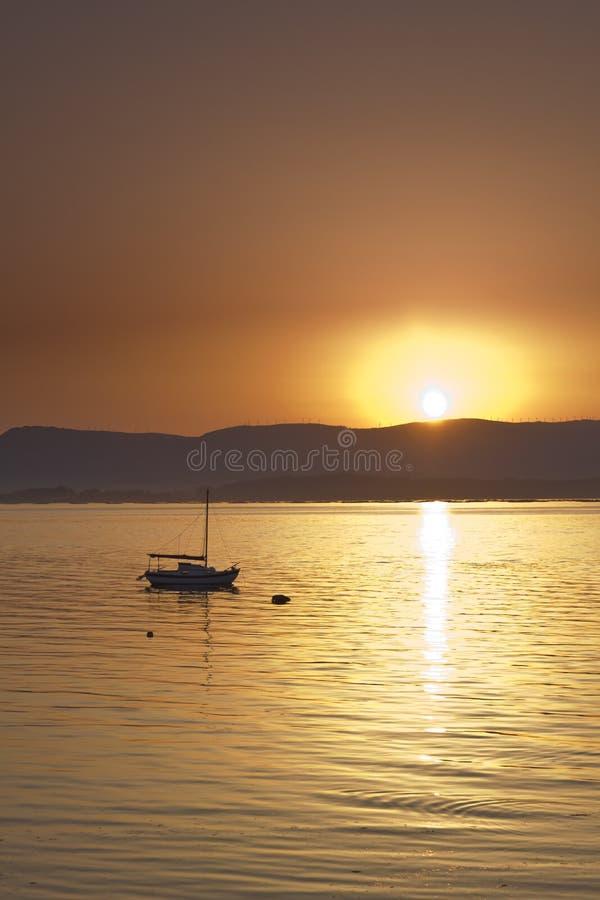 Por do sol sobre o mar com barco de navigação foto de stock royalty free
