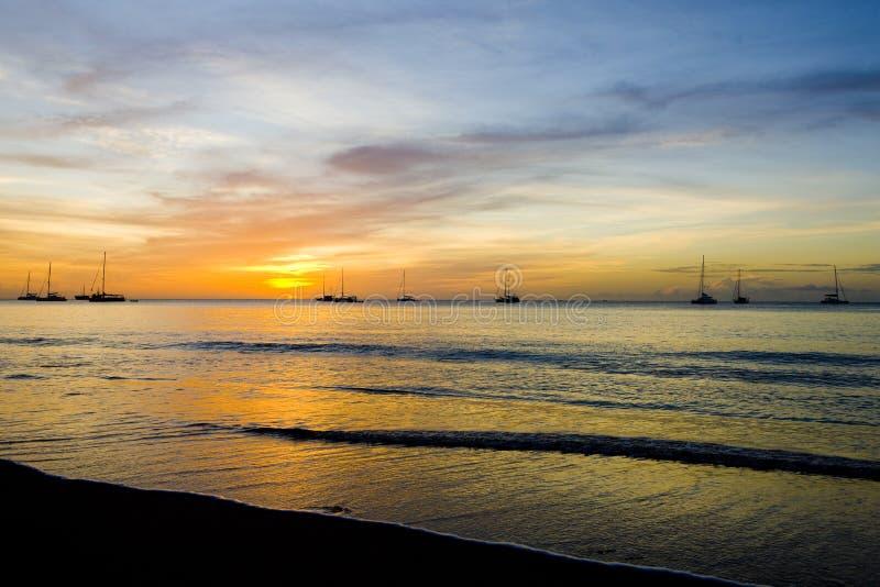 por do sol sobre o mar das caraíbas, baía grande de Anse, Granada fotos de stock