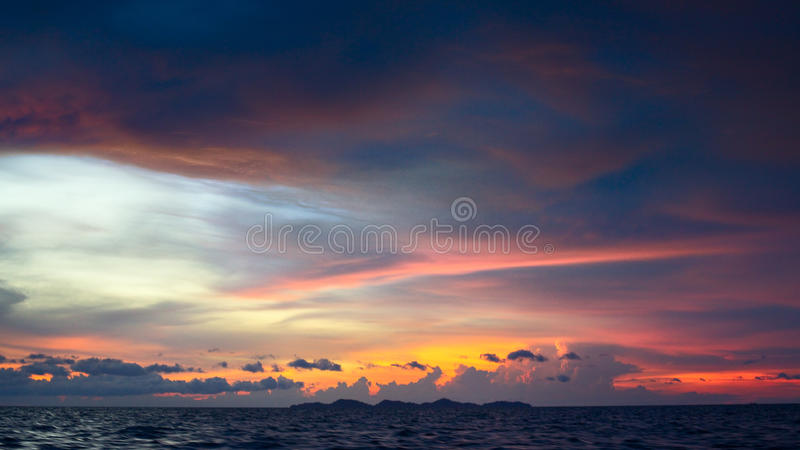 Por do sol sobre o mar de Andaman imagem de stock