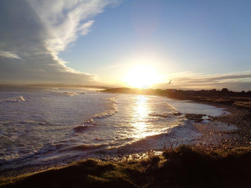 Por do sol sobre o mar de brilho de A fotos de stock royalty free