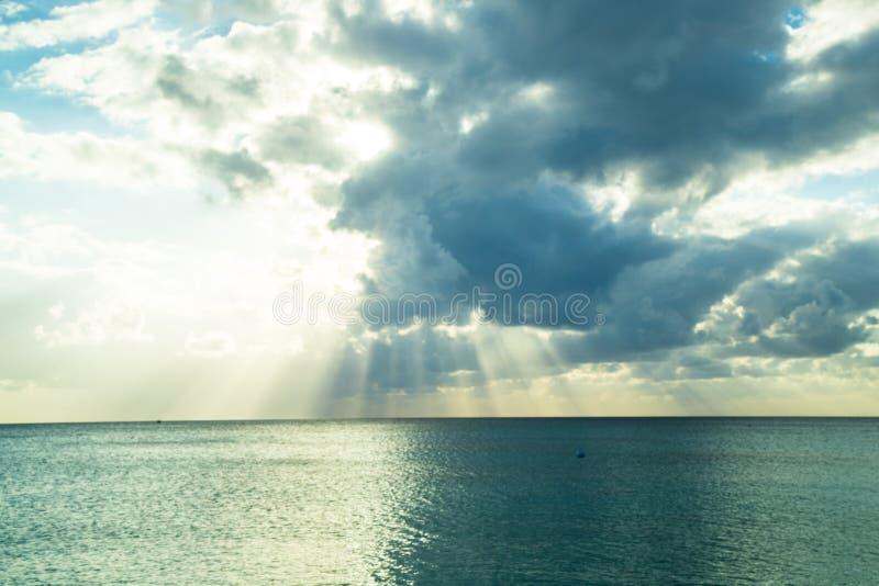 Por do sol sobre o mar do Cararibe imagens de stock royalty free