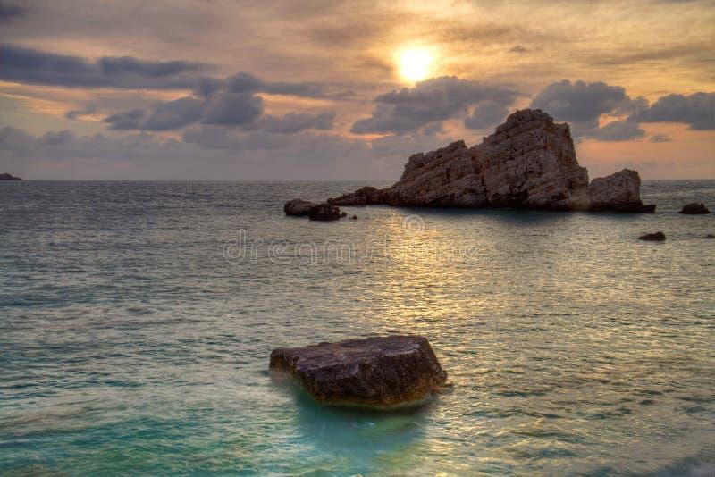 Por do sol sobre o mar e os penhascos fotografia de stock