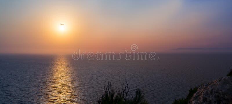 Por do sol sobre o Mar Egeu no Rodes fotografia de stock