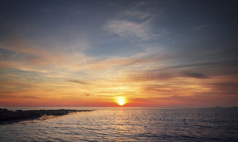 Por do sol sobre o mar em Gales norte imagem de stock royalty free