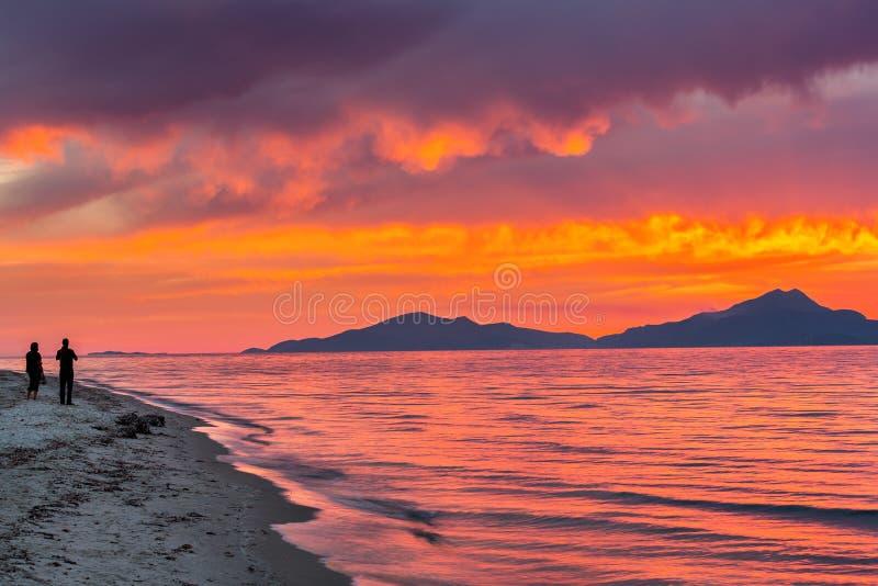 Por do sol sobre o mar em Grécia fotos de stock royalty free
