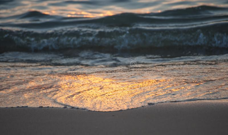 Por do sol sobre o mar mar lá com a ressaca fotografia de stock royalty free