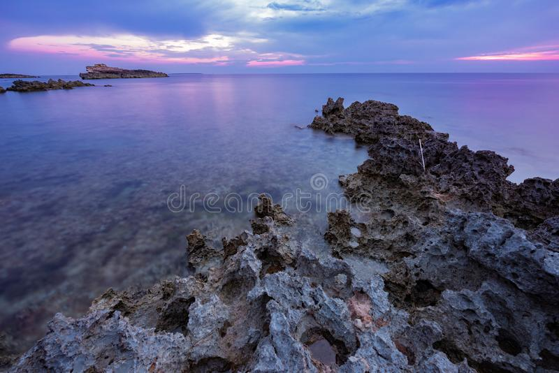 Por do sol sobre o mar na costa oeste sardo, Itália fotografia de stock
