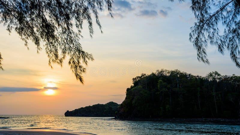 Por do sol sobre o mar na ilha de Tarutao, Tailândia imagens de stock royalty free