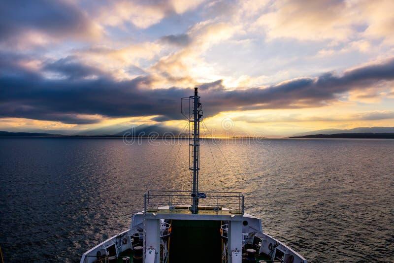 Por do sol sobre o mar perto de Oban foto de stock royalty free
