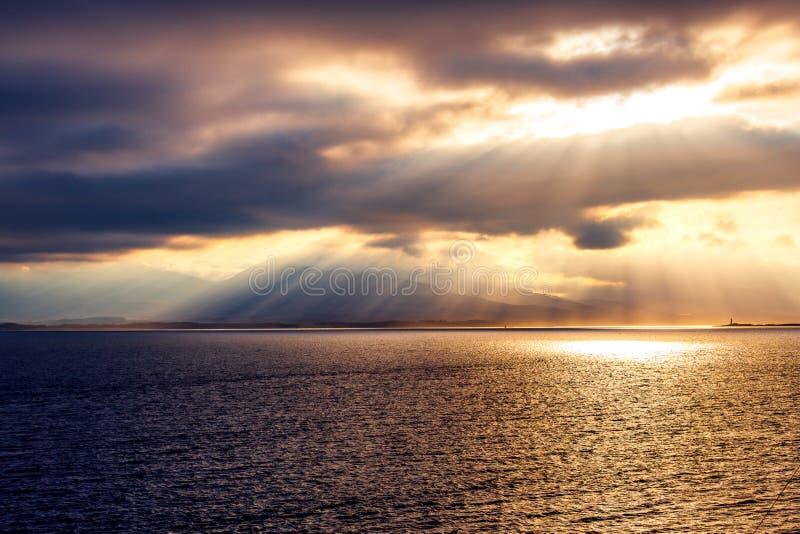Por do sol sobre o mar perto de Oban imagens de stock royalty free