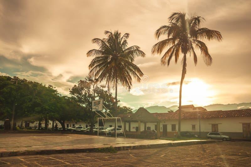 Por do sol sobre o mercado da vila Guane do colonia em Colômbia fotos de stock