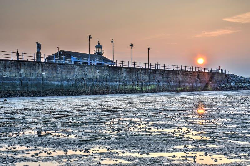 Por do sol sobre o molhe de pedra fotografia de stock royalty free