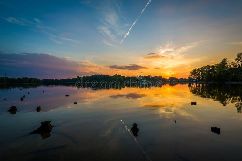 Por do sol sobre o normando do lago do parque de Parham, em Davidson, carro norte imagens de stock royalty free