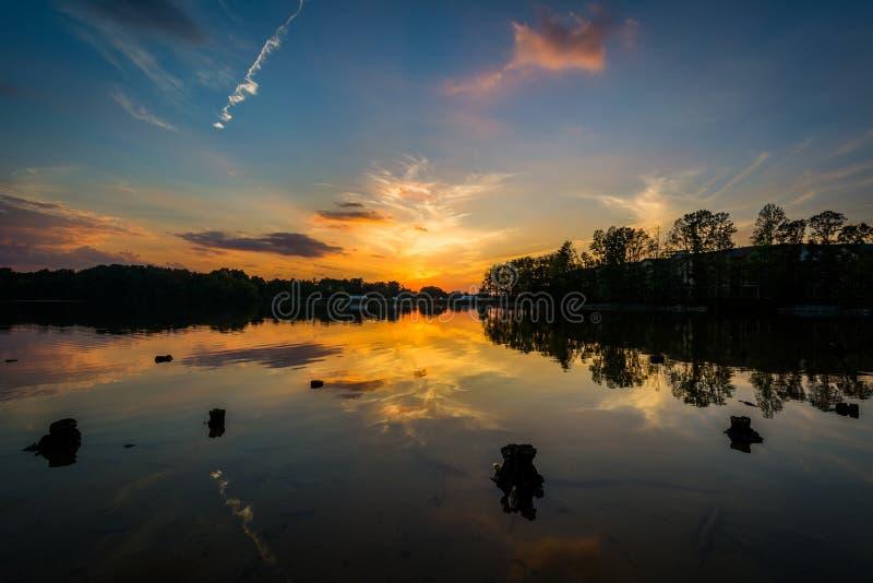 Por do sol sobre o normando do lago do parque de Parham, em Davidson, carro norte imagem de stock