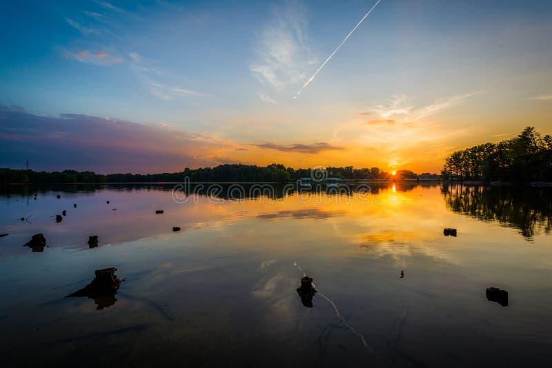 Por do sol sobre o normando do lago do parque de Parham, em Davidson, carro norte fotografia de stock