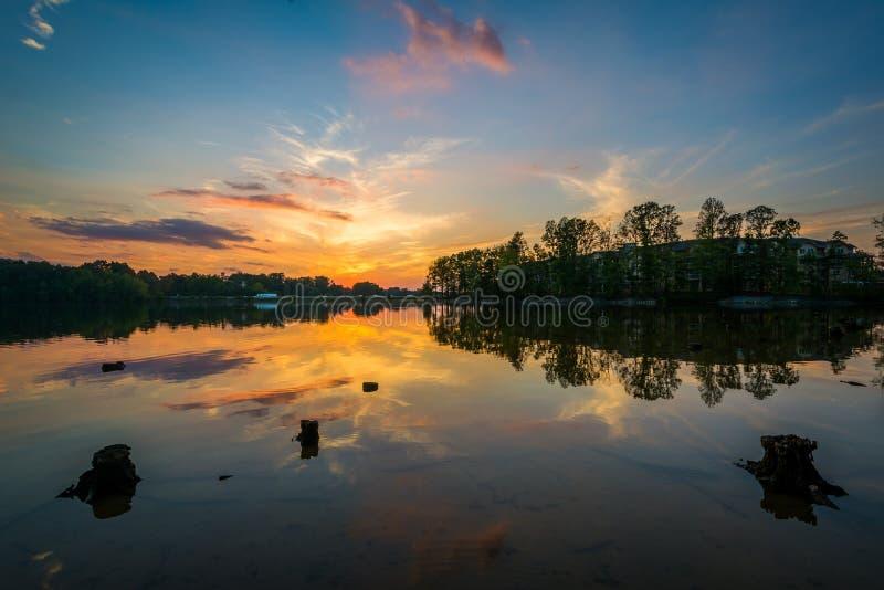 Por do sol sobre o normando do lago do parque de Parham, em Davidson, carro norte imagem de stock royalty free