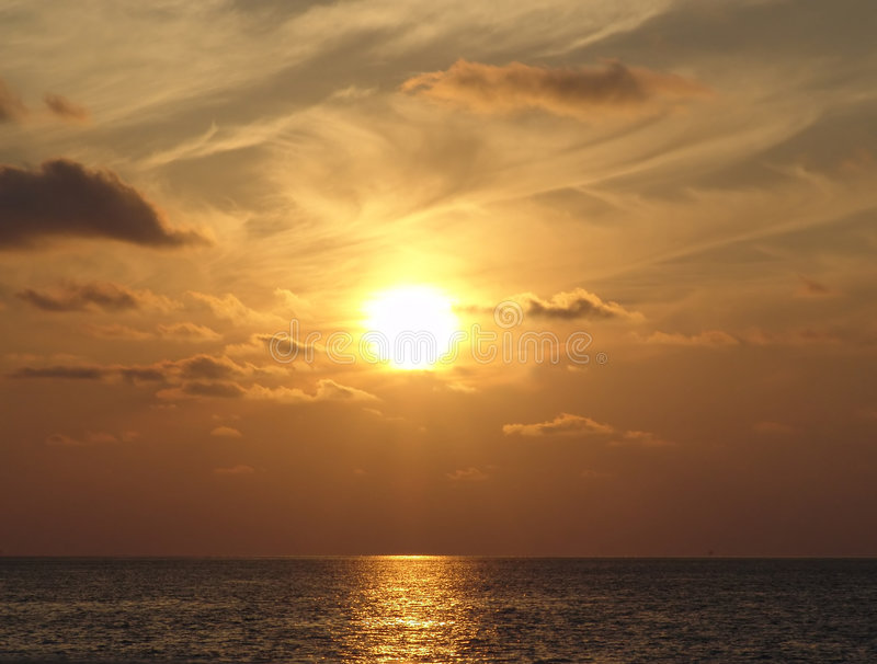 Por do sol sobre o oceano fotos de stock