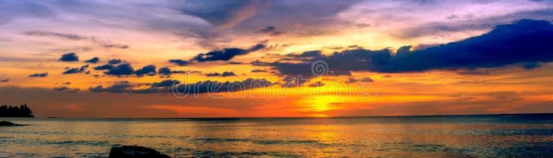 Por do sol sobre o oceano imagens de stock