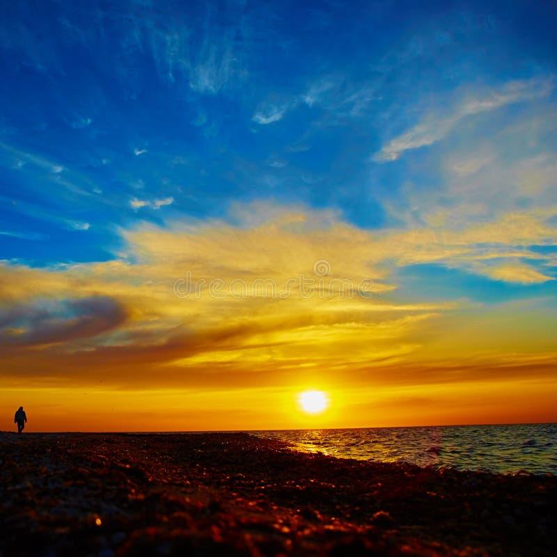 Por do sol sobre o oceano fotografia de stock royalty free