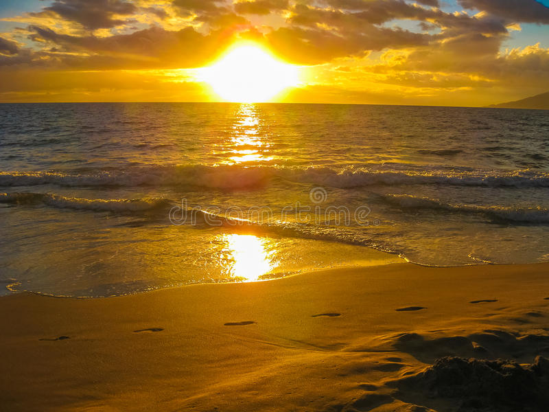por do sol sobre o oceano, ilha de Maui, Havaí imagem de stock