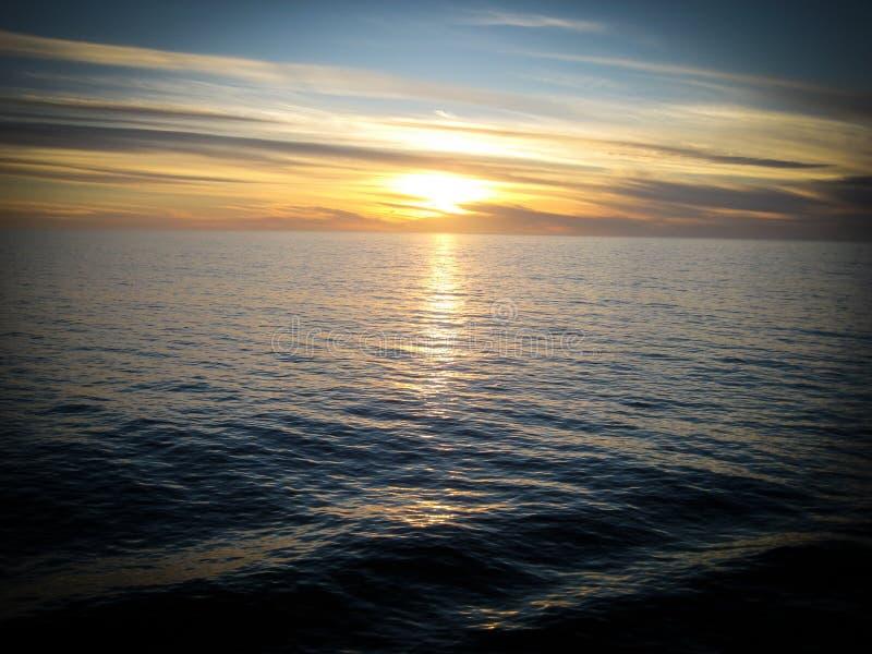Por do sol sobre o Oceano Pacífico de um cruiseliner fotos de stock royalty free