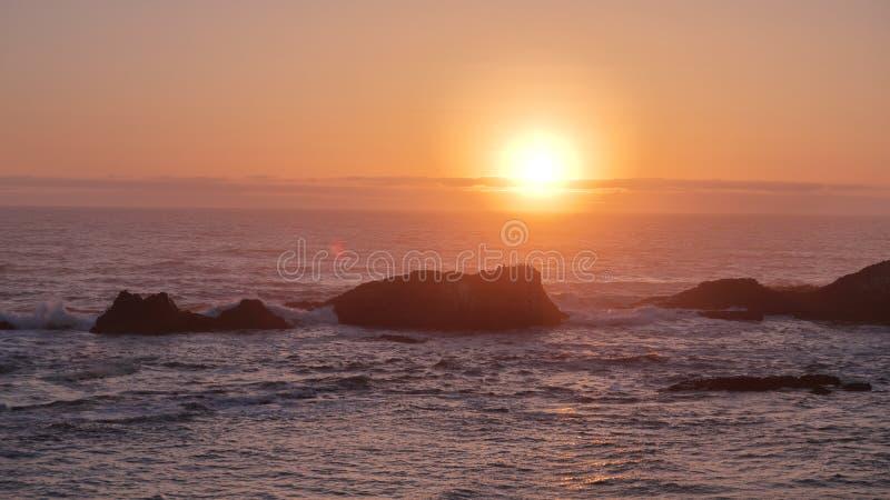 Por do sol sobre o Oceano Pacífico de uma parte superior da praia de Lion Rock do mar, costa de Oregon imagem de stock