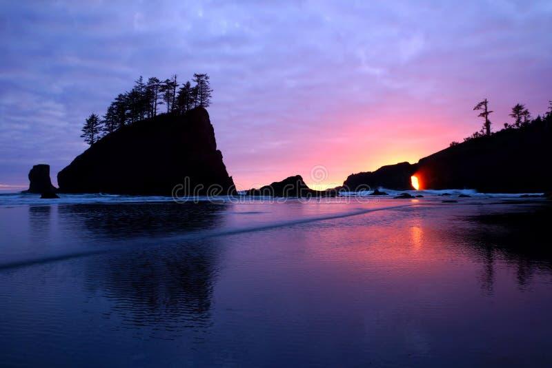 Por do sol sobre o Pacífico através dos arcos do mar, parque nacional olímpico, Washington, EUA foto de stock