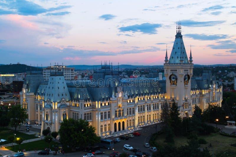 Por do sol sobre o palácio da cultura, Iasi, Romênia imagens de stock