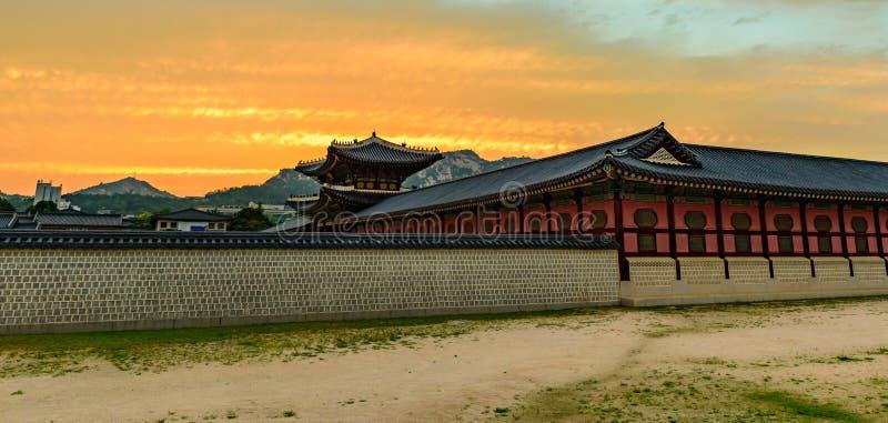 Por do sol sobre o palácio de Gyeongbokgung fotos de stock royalty free