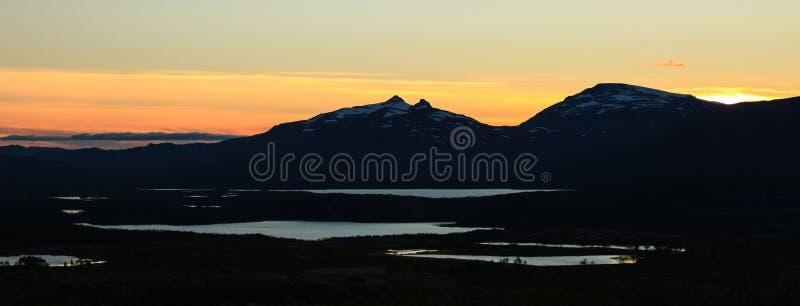 Por do sol sobre o parque nacional de Vadvetjakka em Lapland imagem de stock