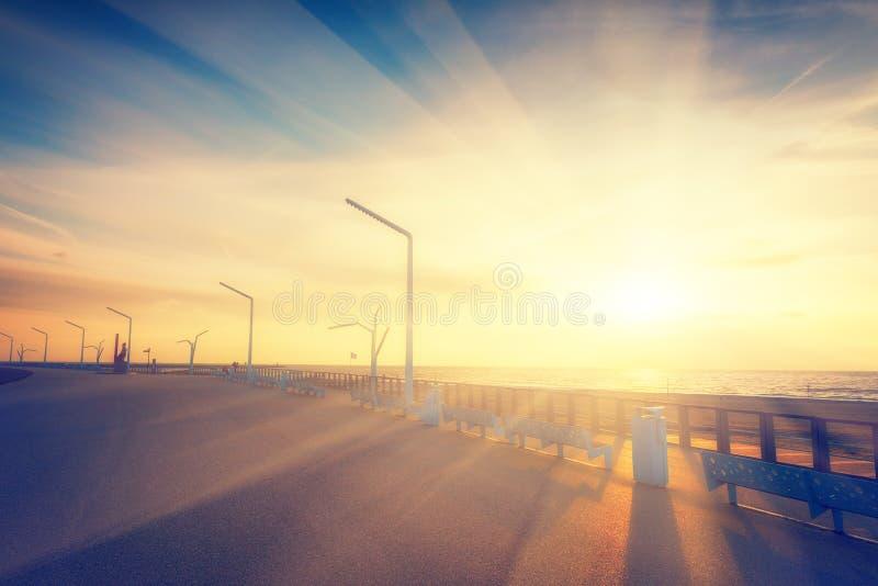 Por do sol sobre o passeio de Scheveningen, Haia fotografia de stock royalty free