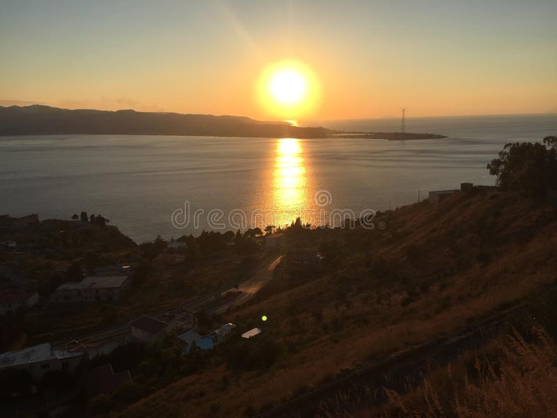 Por do sol sobre o passo de Messina foto de stock