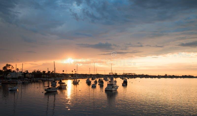 Por do sol sobre o porto da praia de Newport em Califórnia do sul EUA foto de stock royalty free