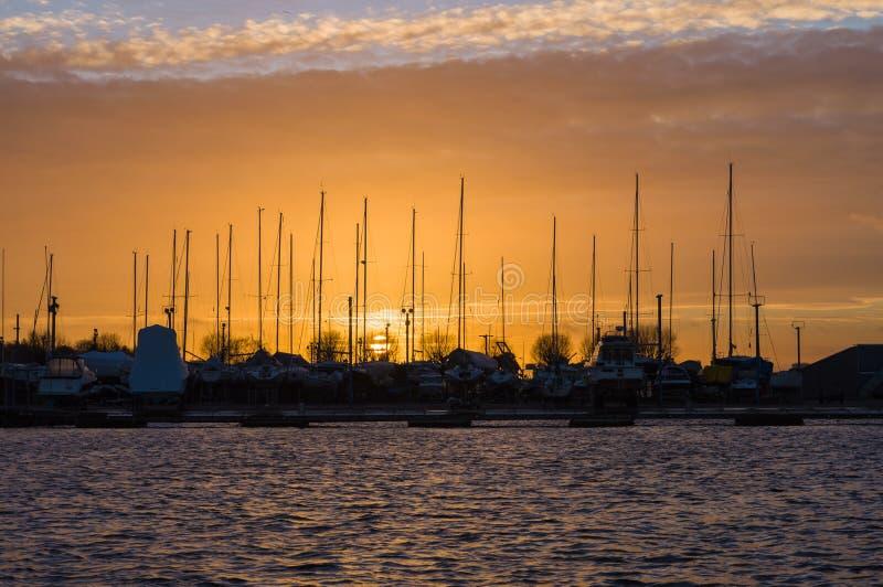 Por do sol sobre o porto do iate fotografia de stock