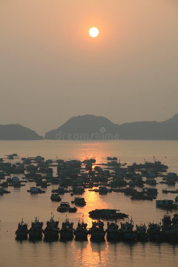 Por do sol sobre o porto em Vietnam foto de stock