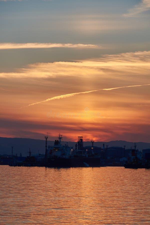 Por do sol sobre o porto marítimo imagens de stock royalty free