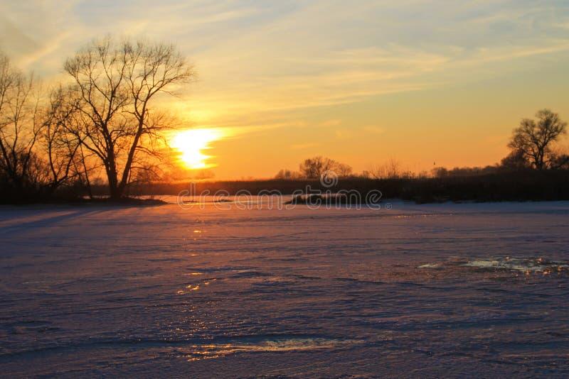 Por do sol sobre o rio congelado Dnieper fotografia de stock