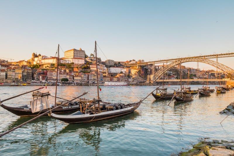 Por do sol sobre o rio de Duoro em Vila Nova de Gaia Portugal com Dom Luis Bridge no fundo fotografia de stock royalty free